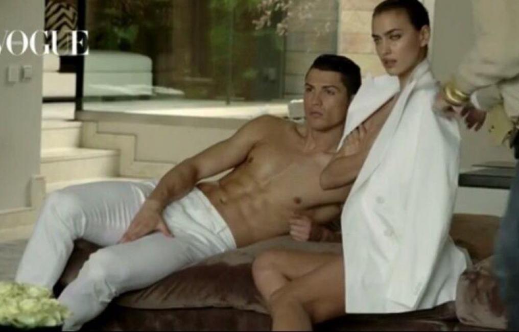 Hombres desnudos posando juntos